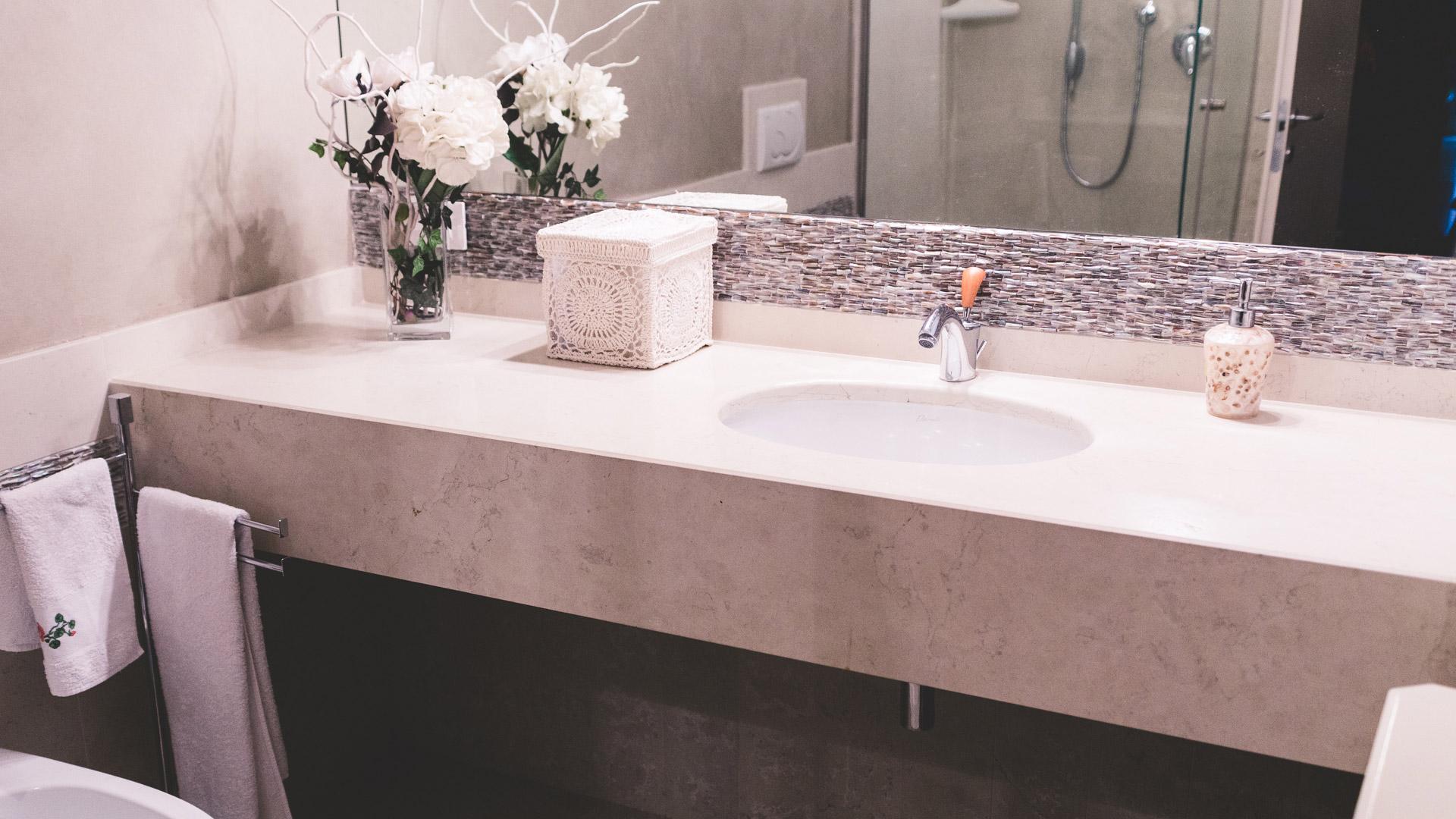 Lavorazione pietra naturale tufo e marmo ronconi bagno in biancone - Bagno in pietra naturale ...